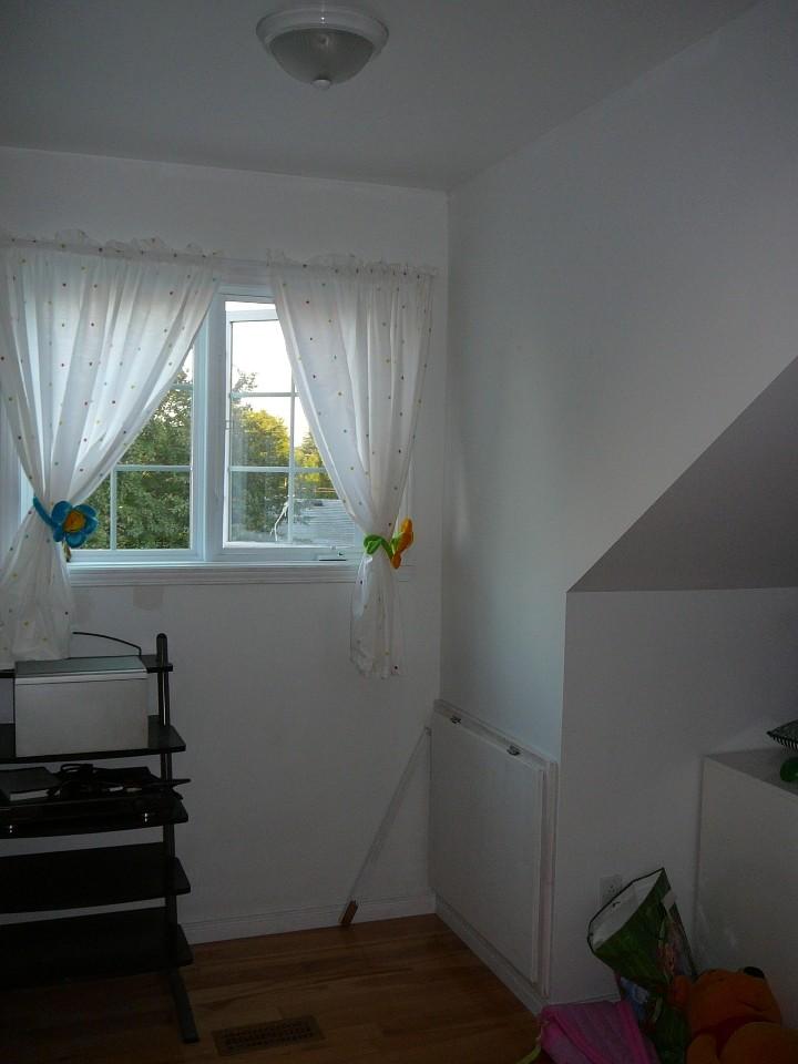 L 39 aide chambre avec murs en pente et fen tre lucarne for Fenetre lucarne