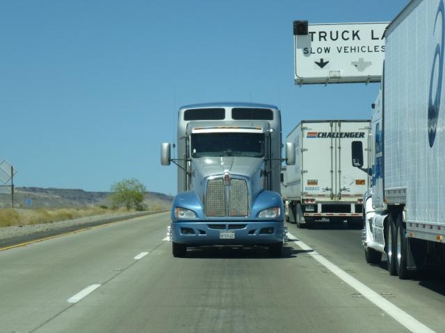 olalala le camion nous fonce dessus ben non c 39 est un autre camion qui tracte celui ci. Black Bedroom Furniture Sets. Home Design Ideas