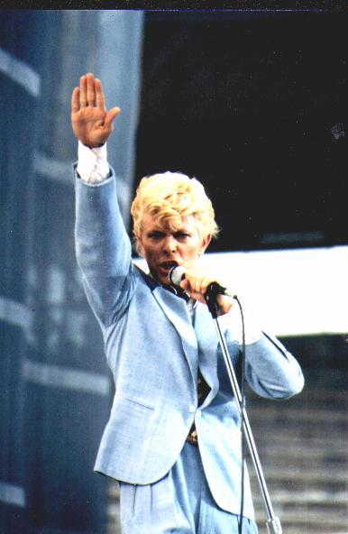 David Bowie faisant le salut Nazi