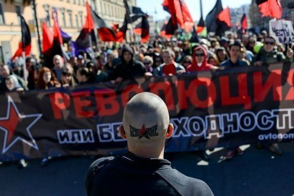 Antifascistes russes : Cortège antifasciste et libertaire à St-Petersbourg