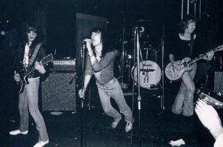 Les Dead boys sur scène avec leur batterie nazie