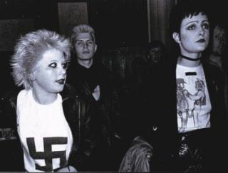 Debbie Juvénile portant un T-shirt à croix gammée. A sa gauche, Siouxie Sioux.