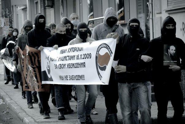 Antifascistes russes : Ses camarades rendent hommage à Ivan Khutorskoy, fondateur du RASH Moscou assassiné le 16 novembre 2009.