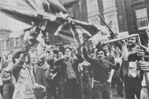 Un drapeau piqué aux fascistes par les manifestants antifascistes lors de la bataille de Lewisham.