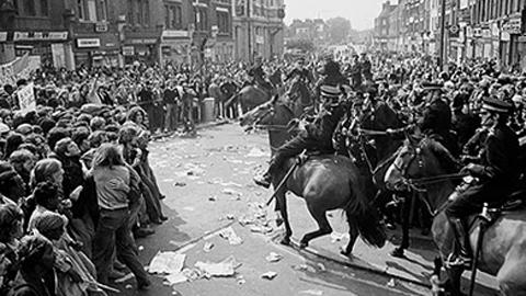 La police montée ouvre la voie pour permettre aux fascistes de manifester (photo Paul Trevor)