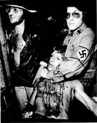 Ron Asheton, guitariste des Stooges, déguisé en nazi pour égorger son chanteur, Iggy Pop