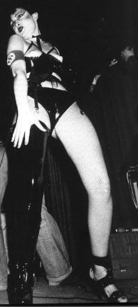Siouxsie Sioux alliant provocation sexuelle et nazie !
