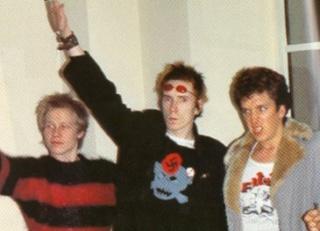 John Lydon, dit Johnny Rotten portant la croix gammée et faisant un salut nazi