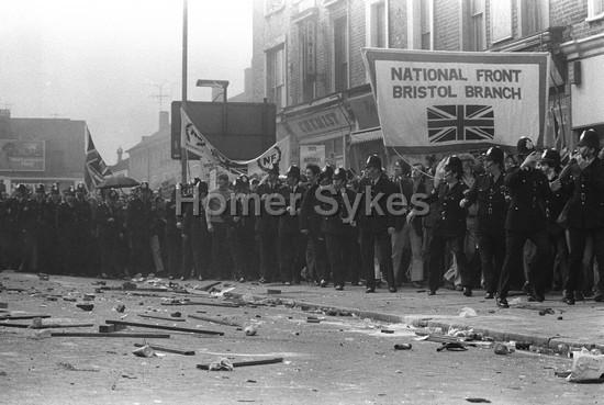 Ce 13/08/1977 à Lewisham, il n'y a bien que le ciel qui ne soit pas tombé sur la tête des fachos... et des flics (2 photos de Homer Sykes)