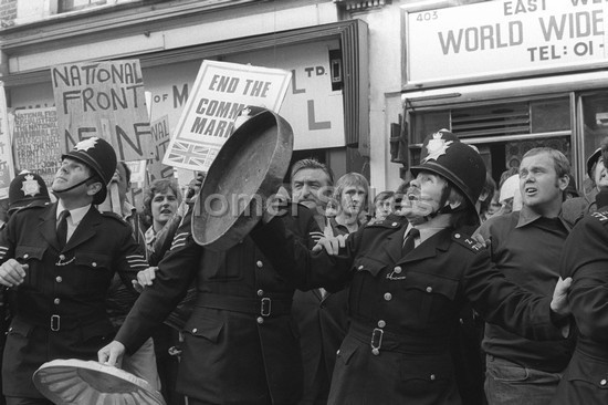 Ce 13/08/1977, il n'y a bien que le ciel qui ne soit pas tombé sur la tête des fachos... et des flics (2 photos de Homer Sykes)